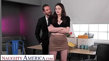 Партнер массирует большие сисяндры полной милфы, покуда она меряет новое одежду и чулки
