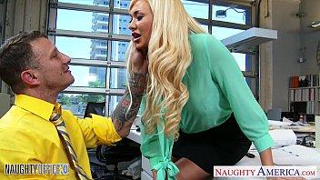 Русская девушка с сверхестетственными волосиками присела на руки к ебарю в ванной комнате и дала ему в очко