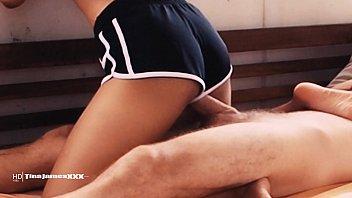 Секс на деревянном полу делового бизнесмена и полной зрелки в чулках
