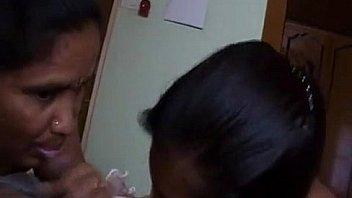 Длинноногая девка на вебку мучает мохнатую дырку хуезаменителем и фаллоимитатор