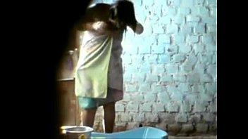 Девчонка в привате снимает розовое юбочке