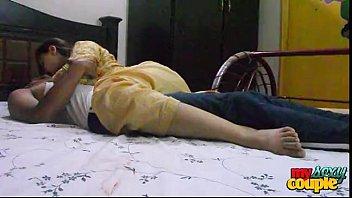Телка с яркими прядями томно мастурбирует на кровати