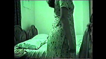 Сочная зрелая брюнетка показывает мастерство секса на оранжевой кровати