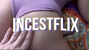 Молодая женщина в синем бикини позирует напротив вебкамеры