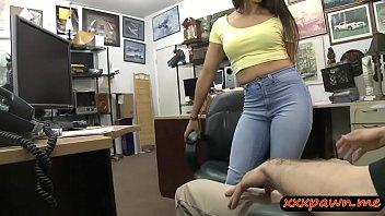 Голубоглазая рыжая вебкам модель с татуировками облизывает страпон перед камерой