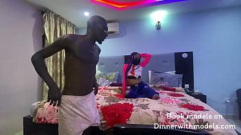 Чернокожая блядь трахается с белым мускулистым парнем в попочку во времячко костюмированной вечеринки