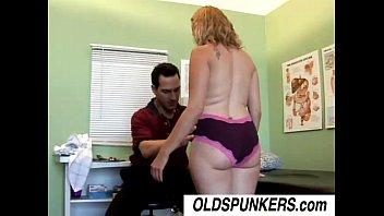 Партнер чпокает в пизду пышногрудую милфу, пока она онанирует дырочку фаллоимитатором