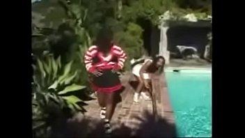 Подруга лесбиянка перед скрытой камерой лобызает тёлке манду и ебёт её рукой