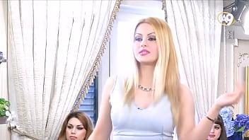 Русская милфа в корсете и нейлоновых чулках мастурбирует пизду руками