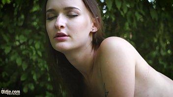 Изабелла мастурбирует для себя в душевой и стонет