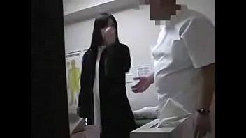 Обездвиженная телка, похожая на куклу, занимается с мужчиной сексом