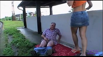 Пышногрудая старушка демонстрирует обнаженные прелести и чпокается с секс автомобилем