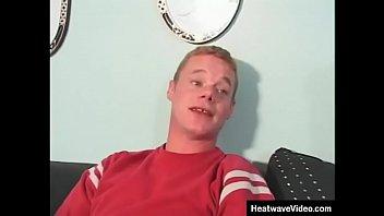 Жирный паренек в позе 69 дал обворожительной тёлке на рот и отлизал ей письку